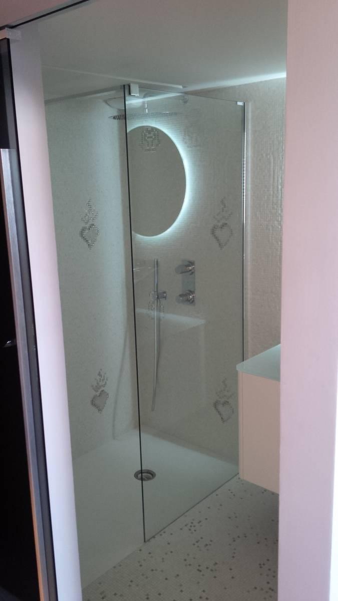 Salle d\'eau mosaïque argent et blanc, vasque flower argentée ...