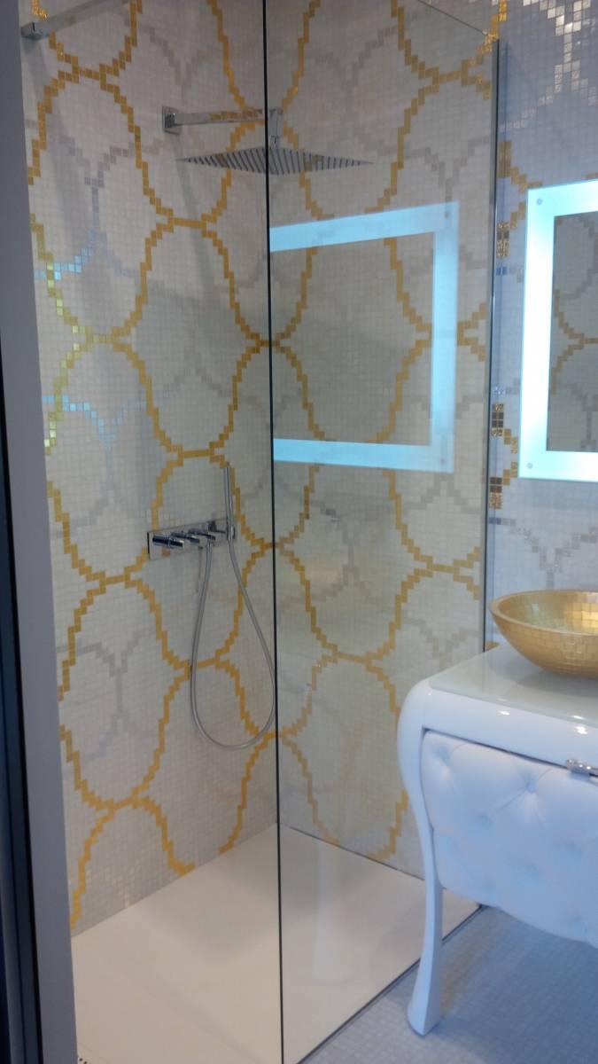 Salle d\'eau mosaïque feuille d\'or Bisazza, vasque dorée ...