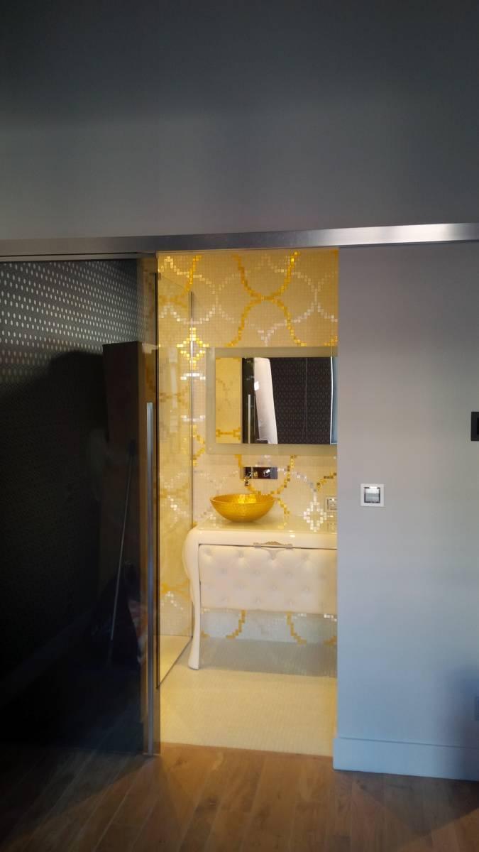 Salle d\'eau mosaïque feuille d\'or Bisazza, vasque dorée, douche à l ...