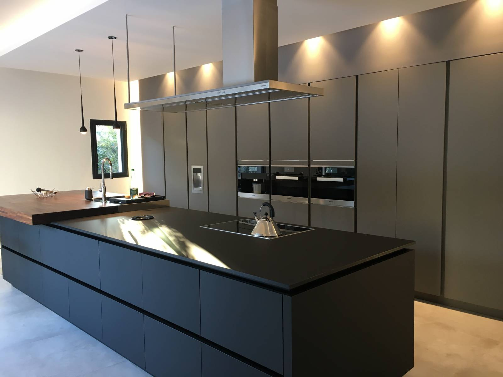 cuisine moderne en fenix avec plan de travail en noyer am ricain bourg en bresse il bagno. Black Bedroom Furniture Sets. Home Design Ideas