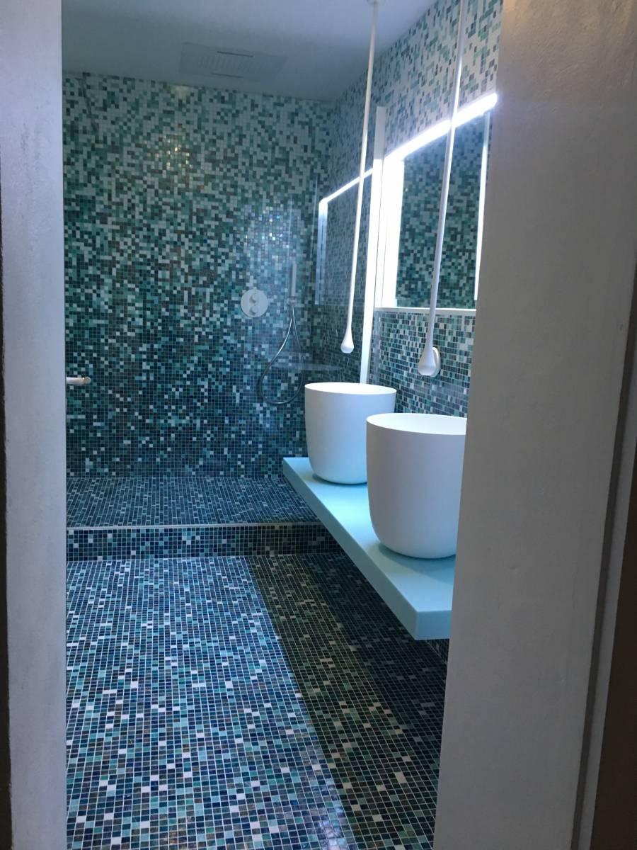 Salle bain mosaïque Bisazza et vasque à poser corian et ...